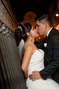 10 tips para obtener las mejores fotos de su primer beso como esposos. #Matrimoniocompe #Organizaciondebodas #Matrimonio #Novios  #TipsNupciales #CaminoAlAltar #MatriPeru #BodaPeru #PrimerBesoDeCasados #Pareja #Romantico #Amor #Beso #ReciénCasados #FirstKiss Wedding Dresses, Fashion, Couple, Amor, Just Married, First Kiss, Romantic Pics, Kisses, Couples