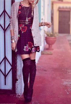 Un vestido que queda hermoso con medias altas..