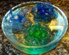 Fiori di plastica pet dentro l'acqua.