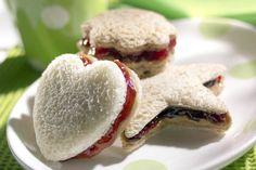 Una merienda irresistible  Corta los sandwich con los moldes de las galletas
