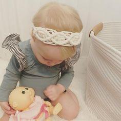 Baby's stylish macrame headband Macrame Headband, Boho Headband, Knot Headband, Macrame Art, Macrame Design, Macrame Projects, Diy Baby Headbands, Headband Baby, Baby Turban