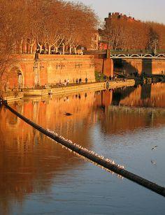 En ce début de printemps, les quais de la #Garonne de #Toulouse nous semblent un lieu idéal pour partir à la conquête de toutes les belles célibataires ! Et poussette en main s'il vous plaît ! #BAM