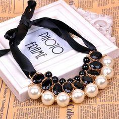 Collana tessuto perle e cabochon bianca e nera