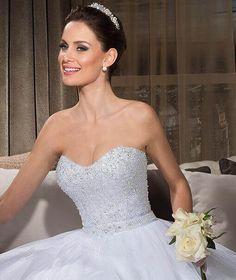 A Nova Noiva é referência na moda noiva no Brasil há mais de 30 anos, com suas lindas coleções de vestidos de noiva e vestidos sob medida. Descubra mais.