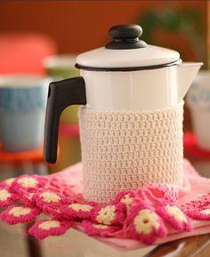 Para conservar a bebida quente e dar um charme ao bule de ágata, cubra a parte de baixo com uma toalha de crochê