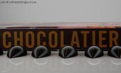 biała czekolada / czarna porzeczka (white chocolate / blackcurrant)