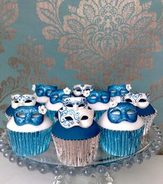 Mask cupcakes for like a masquerade ball i would do colors in black and white too for like the scene in the phantom of the opera. or movie night. or a costume party. These cupcakes give me such great ideas. Masquerade Cupcakes, Sweet 16 Masquerade, Masquerade Wedding, Masquerade Theme, Masquerade Ball, Peacock Cupcakes, Halloween Masquerade, Cupcakes Design, Fun Cupcakes