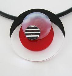 Hänge i plexiglas med gummilänk. Pendant made of plexiglass with rubber choker