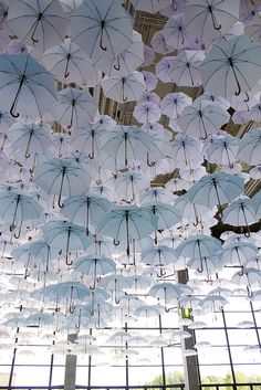 Enchanting Cloud of Umbrellas Suspend Above a Grand Hall An installation of over fanciful white umbrellas floated overhead at the 2015 Habitare Design Fair, infusing the space with a dreamy White Umbrella, Umbrella Art, Sculpture Art, Sculptures, Instalation Art, Parasol, Wow Art, Art Plastique, Public Art