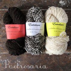 Fio para tricot e tecelagem produzido artesanalmente no Alentejo, exlusivamente com lã local // 100% portuguese wool yarn. Handspun in Alentejo, Portugal