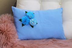 Pillow case 30$ usd orders can be placed on etsy or pm me.#etsyseller #etsyhandmade #tabledecor #loveit #sousplat #decoration #country #homesweethome #homedesign #like4like #likesforlikes #instagood #instalike #love #blue #flowers #etsymom #elegant #crochet #receberbem #donadecasa #mesaposta #euroroma #knitting #knittinglove #basket #crochetbasket #country