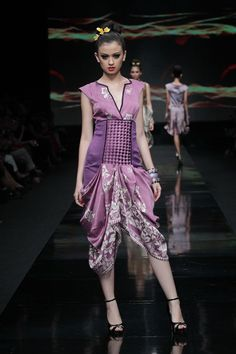 KI Artik Traditional Fabric, Traditional Dresses, Fashion Show, Fashion Outfits, Womens Fashion, Fashion Trends, Jakarta Fashion Week, Batik Kebaya, Batik Fashion