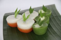 Talam Bulan dan Talam Ubi. Cocok juga untuk jadi makanan buka puasa. Teksturnya lembut dan rasanya enak.