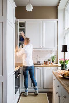 Marko suunnitteli keittiön mallinaan ruotsalainen maalaiskeittiö ja puuseppä Ivan Kulvik toteutti sen mittojen mukaan. Yrtit viihtyvät hyvin etelään antavalla ikkunalla. Kattilat Heirol.