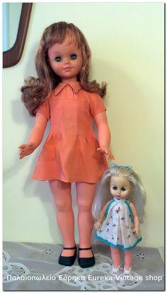Γλυκύτατη κούκλα της ιταλικής εταιρίας Sebino από τα τέλη της δεκαετίας 1960's με μηχανισμό για να μιλάει και να τραγουδάει. Είναι σε πάρα πολύ καλή κατάσταση και λειτουργική! Έχει δισκάκι που λέει κάποιο ιταλικό τραγουδάκι.