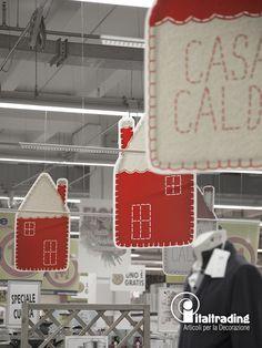 CASETTA FELTRO Dettaglio delle casette in cartoncino personalizzate effetto feltro, per un addobbo casa calda contemporaneo e coordinato.