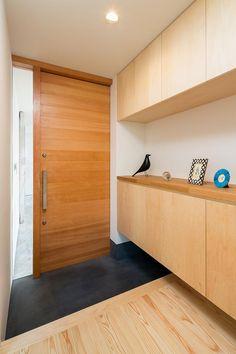 空を囲む家の部屋 木製ドアと玄関