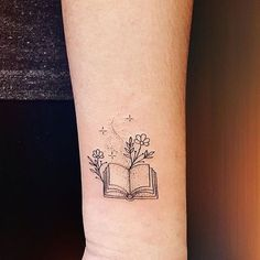 Modèle de petit tatouage (page 33 petits modèles de tatouage signifiant. Piercings, Piercing Tattoo, Mini Tattoos, Body Art Tattoos, Small Tattoos, Tattoo Ink, Lover Tattoos, Bookish Tattoos, Literary Tattoos