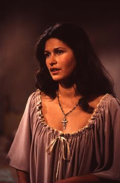 Karina Lombard Bertha in Wide Sargasso sea actrice tahitienne Native American Ancestry, Native American Beauty, American Women, Karina Lombard, Navy Blue Hair, Last Man Standing, Famous Faces, Beautiful Celebrities, Feminine Style