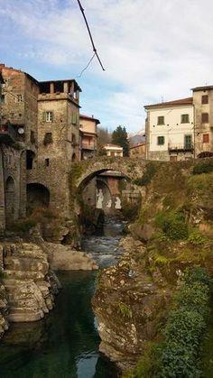 La Lunigiana e l'alta valle del Magra offrono tesori insospettabili, uno di questi è il bel borgo di Bagnone che sorge sulla sponda destra del torrente