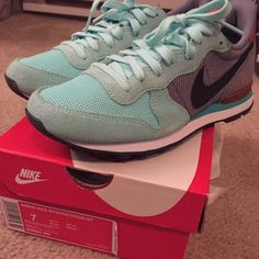 Women's Nike internationalist Size 7, never worn Nike Shoes Athletic Shoes