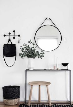 Six essentials for a functional and stylish minimalist entryway. (Article in Spanish). Love the modern combination of black with light wood tones used in this entrance.