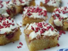 Dette er og bliver årets bedste kage, en dejlig svampet chokoladekage som er lavet på hvid chokolade