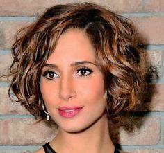 Estilo para mulheres com cabelos ondulados levemente crespos
