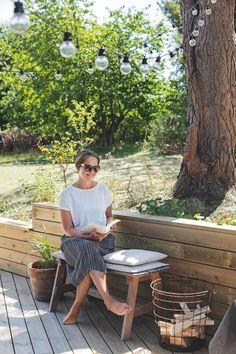 I Lenes sommerhus er det fokus på treverk og naturlige materialer   Boligpluss.no Zara Home, Tall Windows, Wood Interiors, Cabins And Cottages, Wooden House, Tiny House Design, Garden Spaces, Outdoor Furniture, Outdoor Decor
