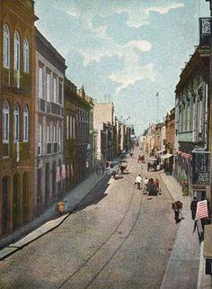 Inicio de la calle Mayor de Triana, entre las calles Malteses y Torres, en la primera decada del siglo XX, con las tartanas y carros de carga animal, en esta foto colorida de Las Palmas de Gran Canaria