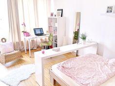Schönes helles WG-Zimmer in Gießen mit weißen Möbeln und hellem Parkett.