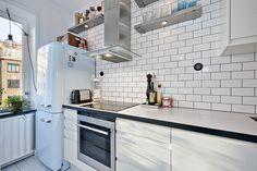 Een goed verborgen keuken in een typisch Scandinavisch appartement Roomed | roomed.nl