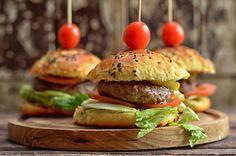 bułki do hamburgerów Everyday Food, Salmon Burgers, Bagel, Food And Drink, Cooking Recipes, Snacks, Chicken, Baking, Ethnic Recipes