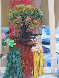 Hasil carian imej untuk telares y flecos Weaving Textiles, Weaving Art, Loom Weaving, Tapestry Weaving, Hand Weaving, Yarn Crafts, Diy And Crafts, Weaving Wall Hanging, Crochet Quilt