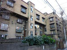 同潤会上野下アパートメント。 .  この同潤会アパートをつくった、 財団法人同潤会というのは、 1923年(大正12年)に、東京を襲った、 関東大震災の直後に、 都市と住まいを復興するためにつくられた組織です。 .  各地から寄せられた義捐金の交付を受けて設立され、 住宅供給により、罹災者の生活再建を含めた、 広い意味の社会政策の遂行を使命とする、 高い理想をもってスタートしました。 .  そして、 近代建築の名作とでも言えるような、 個性的なアパートを数多く、つくり出していきます。 .  そんな...