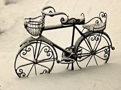 Just LOVE this wrought iron bicycle! Aaahhhh....Would look pretty in a garden.