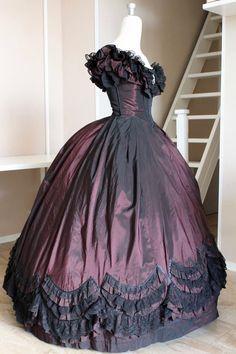 437a91a552af Abito vittoriano da Ballo su silhouette del 1860. Labito è realizzato in  Taffetà color bordeaux