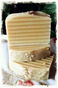 Jabón de leche de avena y avena molida. La avena posee propiedades nutritivas que ayuda a exfoliar, limpiar y nutrir la piel de manera natural