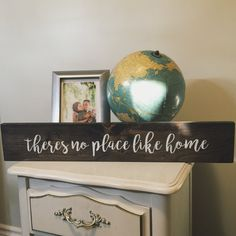 Holzschild – Theres No Place Like Home – Galerie Wand – Vatertagsgeschenk - Selber Machen Wooden Diy, Handmade Wooden, Wooden Signs, Diy Signs, Home Signs, New Home Quotes, Sign Fonts, Barn Wood Crafts, Spring Home Decor