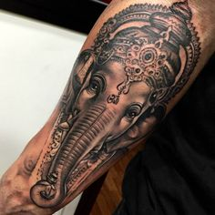 Pequeño tatuaje de Ganesha de estilo black and grey situado en...