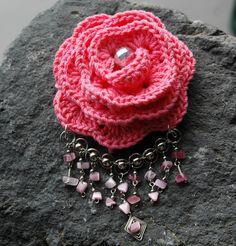Crocheted waterfall brooch Pink color by lindapaula on Etsy - Broche de ganchillo con cascada de piedras.