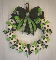 Soccer Wreath Perfect soccer futbol decor by SarahBerryDesigns Soccer Crafts, Soccer Decor, Sports Decor, Soccer Tips, Soccer Games, Kids Soccer, Soccer Banquet, Soccer Party, Soccer Wreath