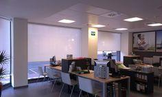 Los enrollables de screen son perfectos para  ventanales de locales.  estorweb.com