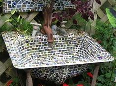 Mosaic sink and mirror, wonderful for the garden and easy to do. Mosaic sink and mirror, wonderful Tile Crafts, Mosaic Crafts, Mosaic Art, Mosaic Tiles, Mosaics, Mosaic Projects, Garden Projects, Outdoor Projects, Stone Mosaic
