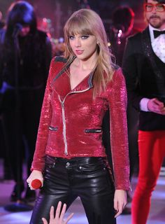 Taylor Swift red sequin jacket and black leather trousers Taylor Swift Outfits, Taylor Swift Hot, Taylor Swift Style, Red Taylor, Taylor Swift Clothes, Swift 3, Taylor Swift Gallery, Taylor Swift Pictures, Harry Styles