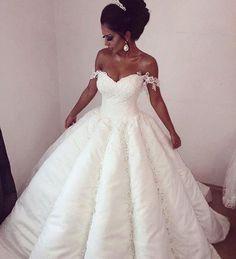 Começando o dia com este maravilhoso vestido! Bom dia! . . . . . . #goodmorning #bomdia #casamento #bride #damonsalvatore #bridal #weddingday #wedding #weddings #photographer #photoshop #marriage #noiva #noivos #love #amor #lovers #happy #feliz #dream #weddingdress #dress #fashiondress #fashionweek #sonhocasamento  #buenosdias