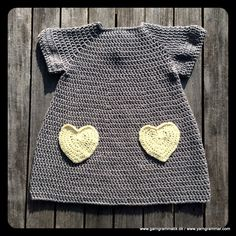 Hæklet lillepigekjole med hjertelommerne - Garn Grammatik