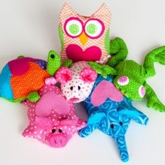 Free pattern for DIY mini bean bag animals Sewing Toys, Sewing Crafts, Sewing Projects, Projects To Try, Bean Bag Toys, Heat Bag, Rice Bags, Fabric Strips, Coordinating Colors