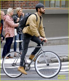 Justin Theroux Goes for a Bike Ride in NYC!: Photo Justin Theroux is getting some fresh air! The Maniac actor was spotted riding his bike on Broadway on Monday (October in New York City. Dope Outfits, Casual Outfits, Men Casual, Casual Styles, Military Fashion, Mens Fashion, Military Style, Minimalist Outfit, Justin Theroux