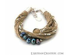 Bracelet Taha perles d'eau douce bleues  Bracelet en lin tissé et coton de couleur comportant une perle en corne, cinq perles d'eau douces bleue et d'une multitude de petites perles sur monture en plaqué argent.